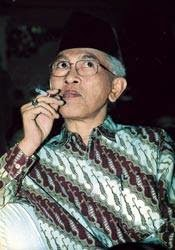 Puisi Taufik Ismail Tuhan Sembilan Senti Kiai merokok
