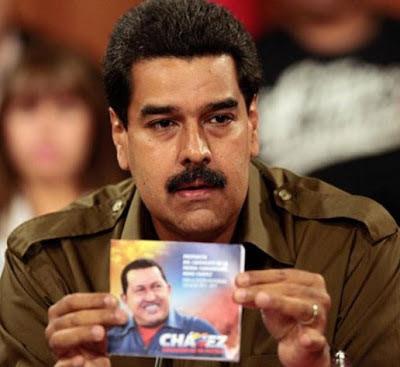Nicolás Maduro enseñando la imagen de Hugo Chávez