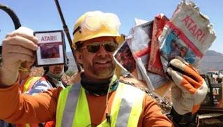 Imagen con un obrero excavador en el desierto de Nuevo México desenterrando cartuchos del videojuego de ATARI, ET. Fuente El Pais