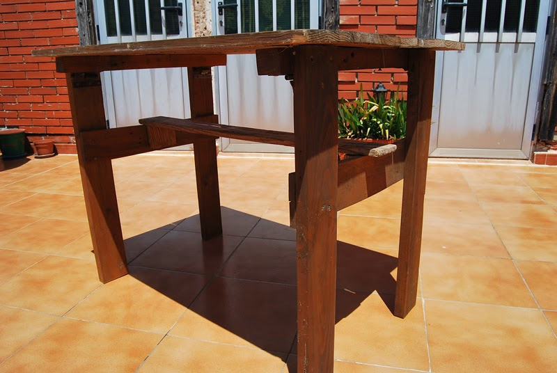 La taberna de la cuadrilla mesa de terraza hecha con palets for Mesa plegable trabajo