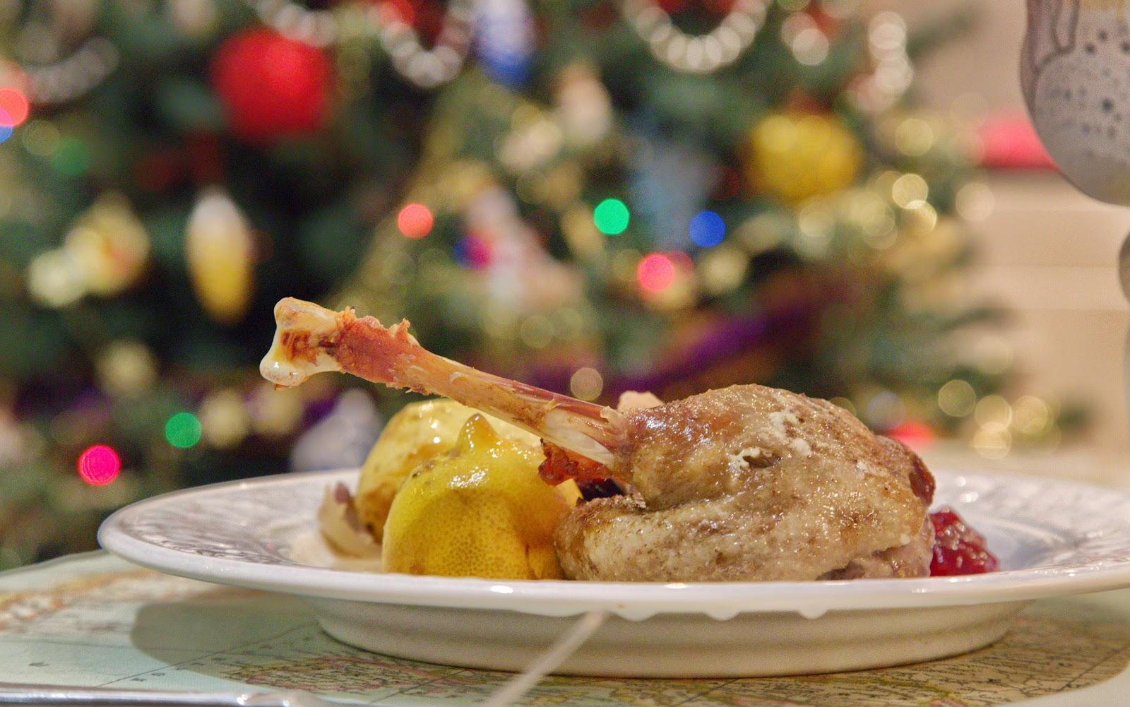 Рождественский гусь запеченные гусиные окорочка урюк брусничное