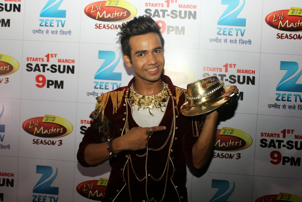 DID Season 4 winner Shyam Yadav showing his winning golden cap