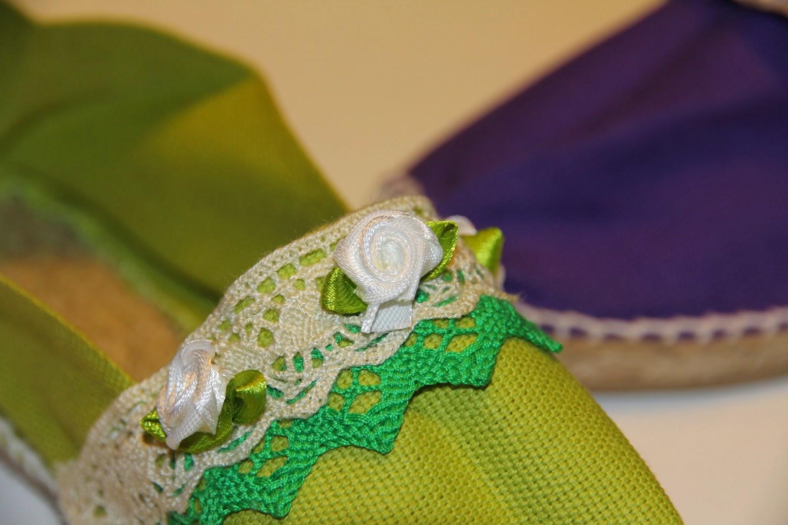 Las de color verde están decoradas sólo con puntillas y con flores de raso, pero con un resultado igual de bonito que las anteriores.