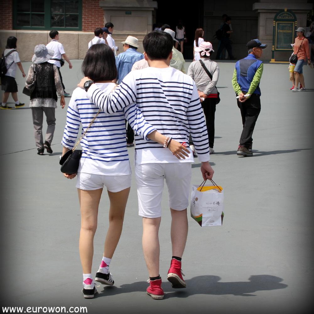 Imagen de novios vestidos iguales