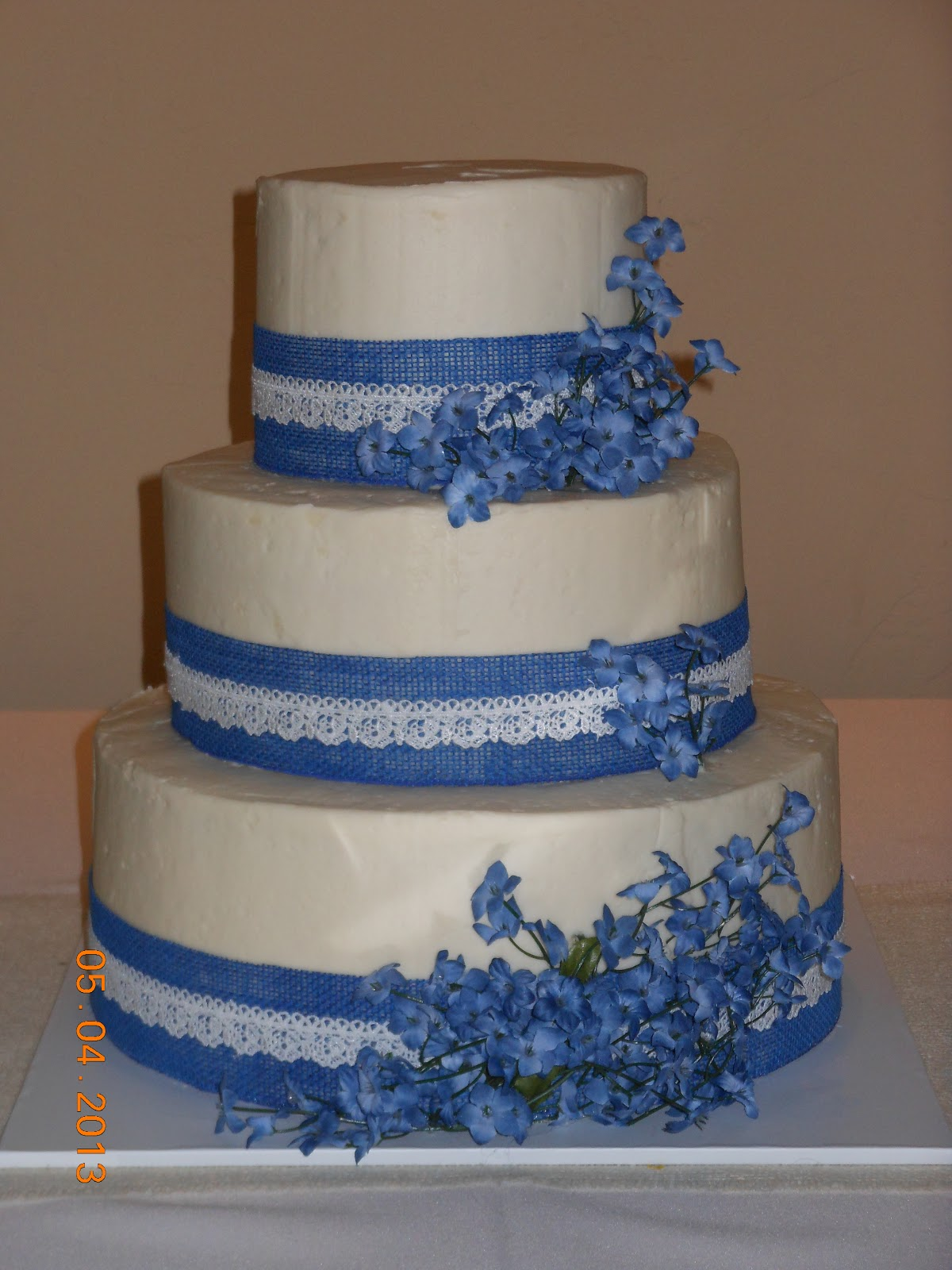 it 39 s a piece of cake blue and white country wedding cake. Black Bedroom Furniture Sets. Home Design Ideas