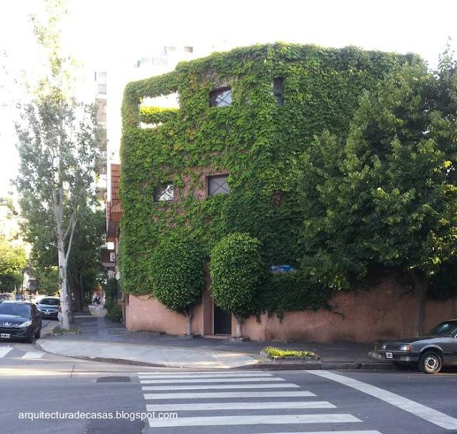 Casa con muros exteriores cubiertos de trepadora
