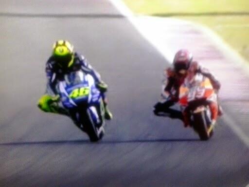 Adelantamiento de Rossi a Marc Márquez