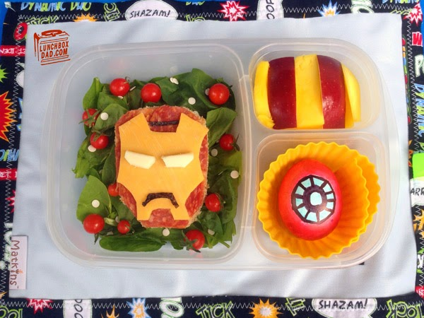 Un papa prépare une Lunch Box Iron Man