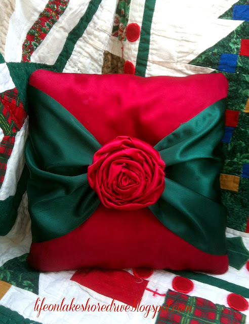 "alt=""no sew pillow tutorial with fabric rosettes"""
