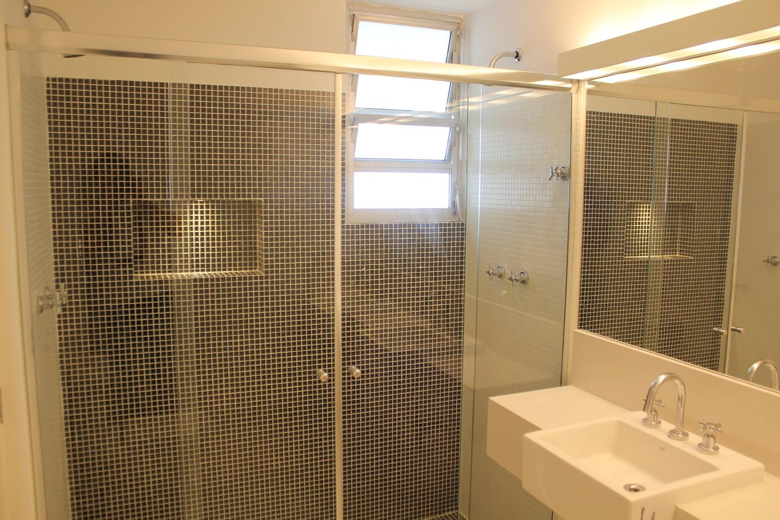 Box banheiro da suíte. Box amplo nicho com iluminação independente  #9C6F2F 1600 1067