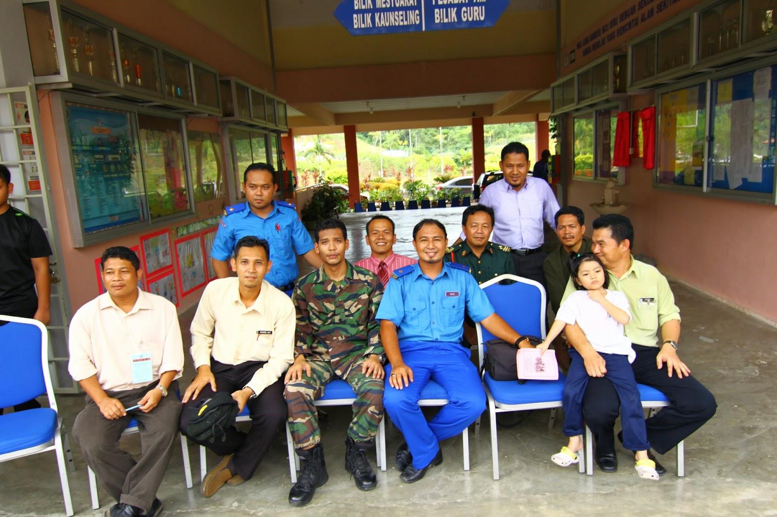 Guru penyelaras unit beruniform lengkap berpakaian seragam