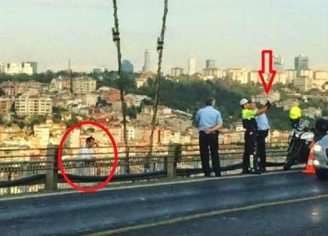 شرطي يلتقط «سيلفي» مع رجل قبل انتحاره بلحظات