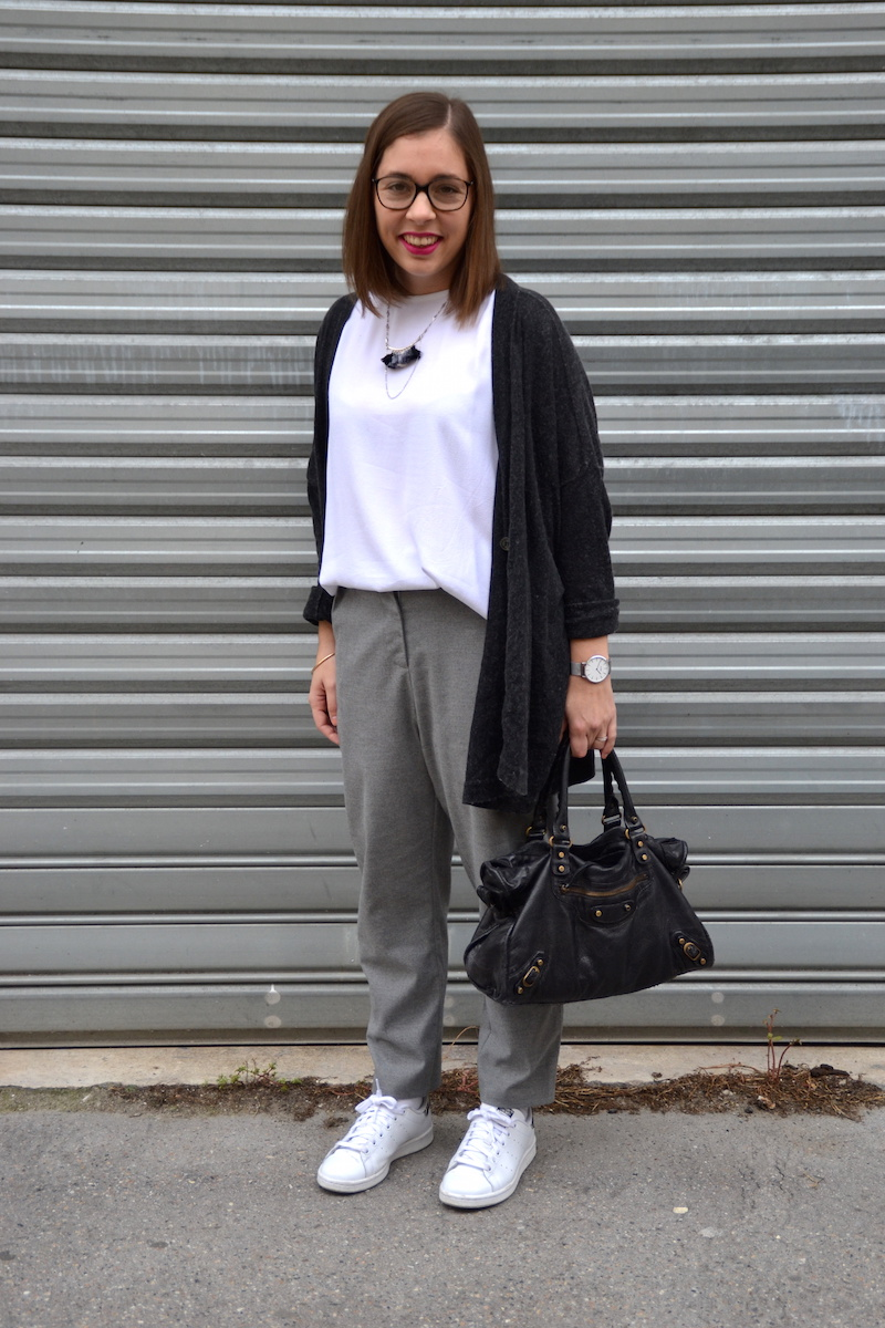 blouse blanche H&M, pantalon gris Pimkie, stan smith zébre, sac balenciaga , collier amelys creation
