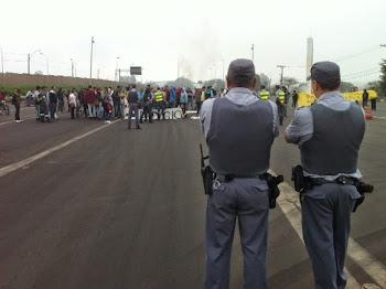 POLICIAIS MILITARES OBSERVAM MANIFESTANTES EM PROTESTO CONTRA TARIFA DO PEDÁGIO