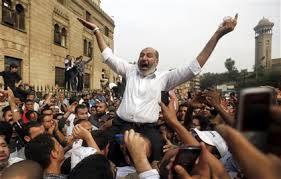 صورة الداعية صفوت حجازي المصري فوق اكتاف المتظاهرين في ثورة 25 يناير safwat hegazy egypt