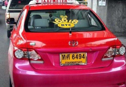 Tanda Larangan Pada Taksi Yang Bikin Orang Melongo