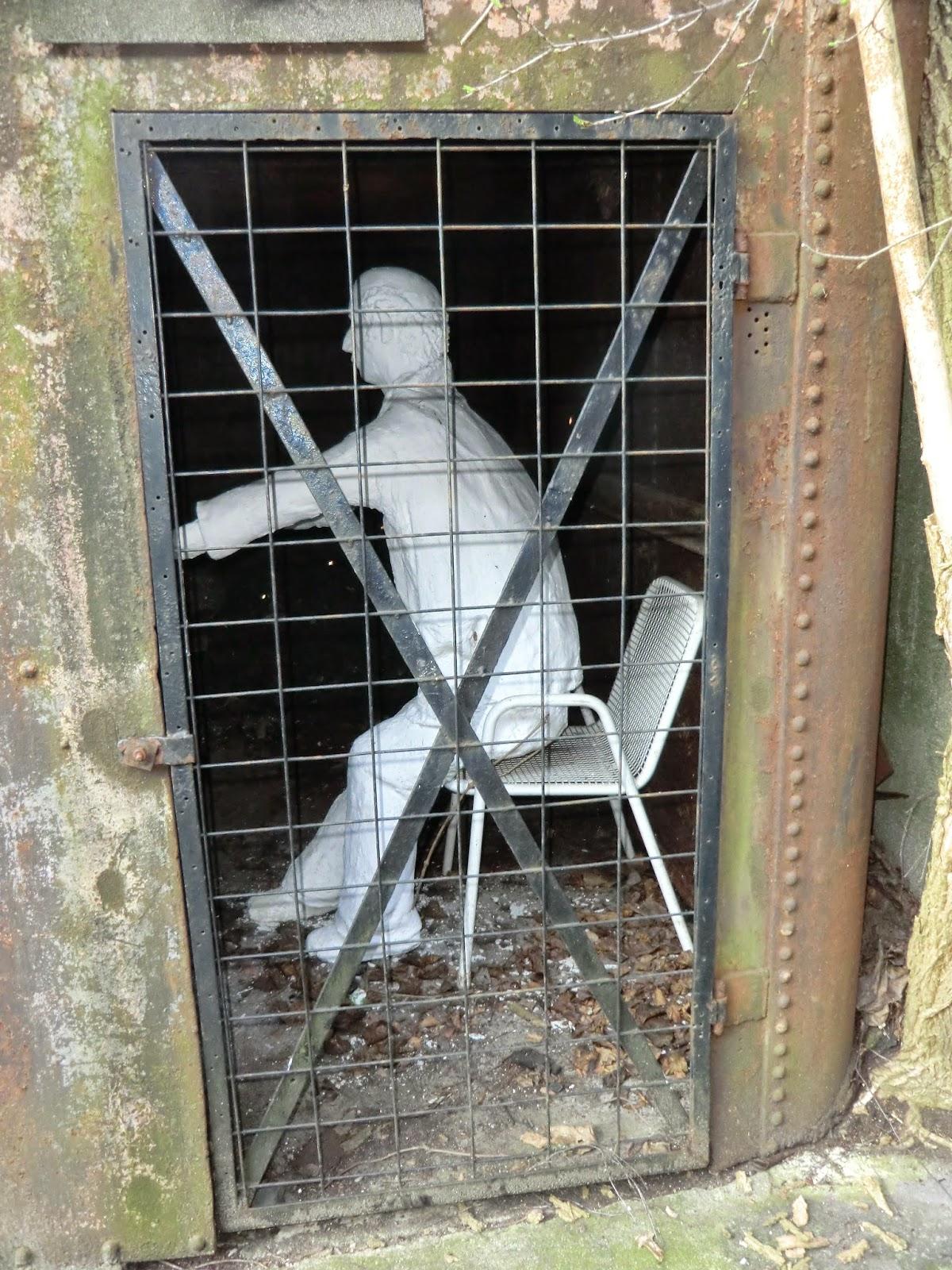 Erzieher im Streik; Figur hinter Gittern