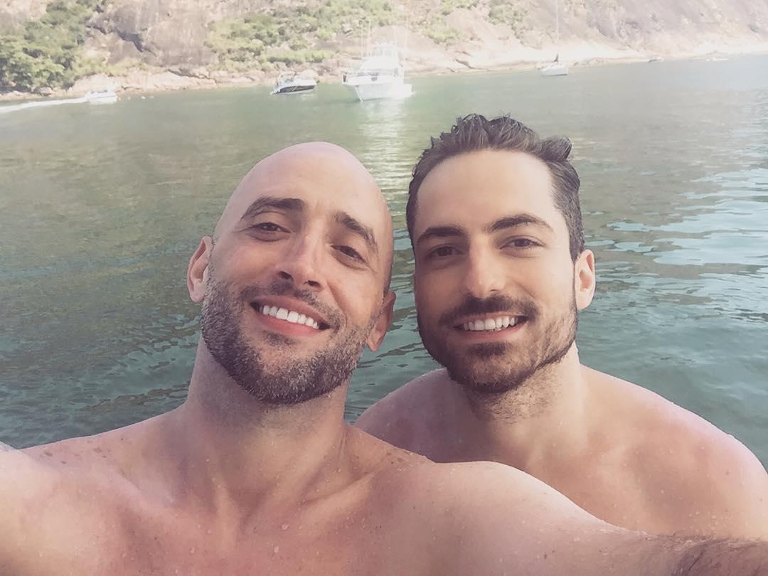 Sem beijo, casório de Paulo Gustavo e Thales Bretas teve marcha nupcial e celulares confiscados