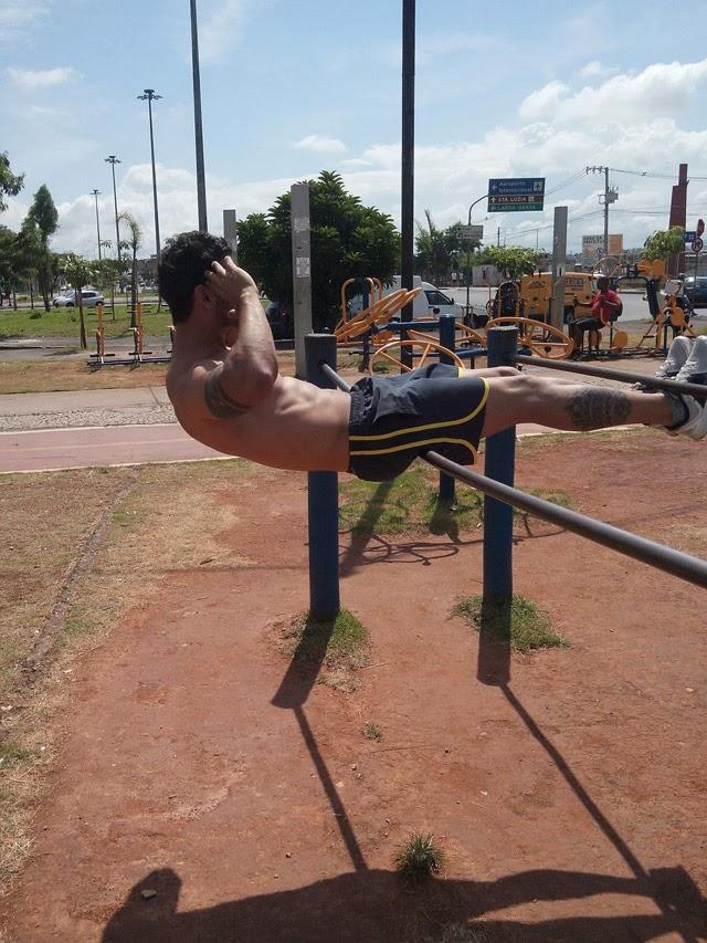 Cleverson Fontinatte faz abdominais em aparelho de ginástica de academia ao ar livre - Foto: Arquivo pessoal
