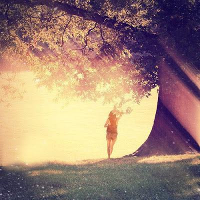 Chica bajo un arbol