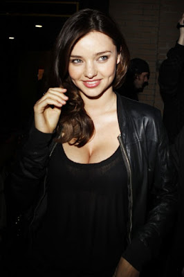 Sexy MILF Miranda Kerr Boobs-tastic Cleavage gives Paparazzi a treat to remember in a See-through Top!
