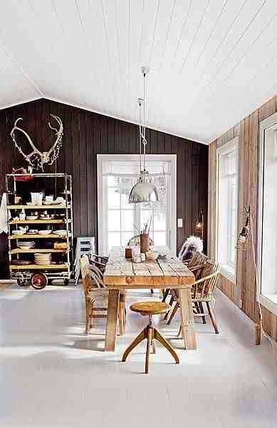 Drewniany stół, stół z desek, stół z drewna w skandynawskim wnętrzu, drewniany taboret, ściana z czarnych desek