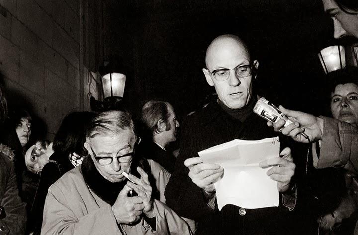 Foucault lee ante la prensa; Sartre enciende un cigarrillo