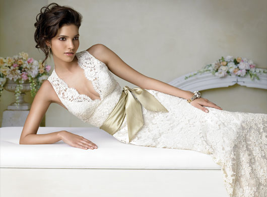 A piece of lace wedding gown is a good choice Lace is an openwork fabric