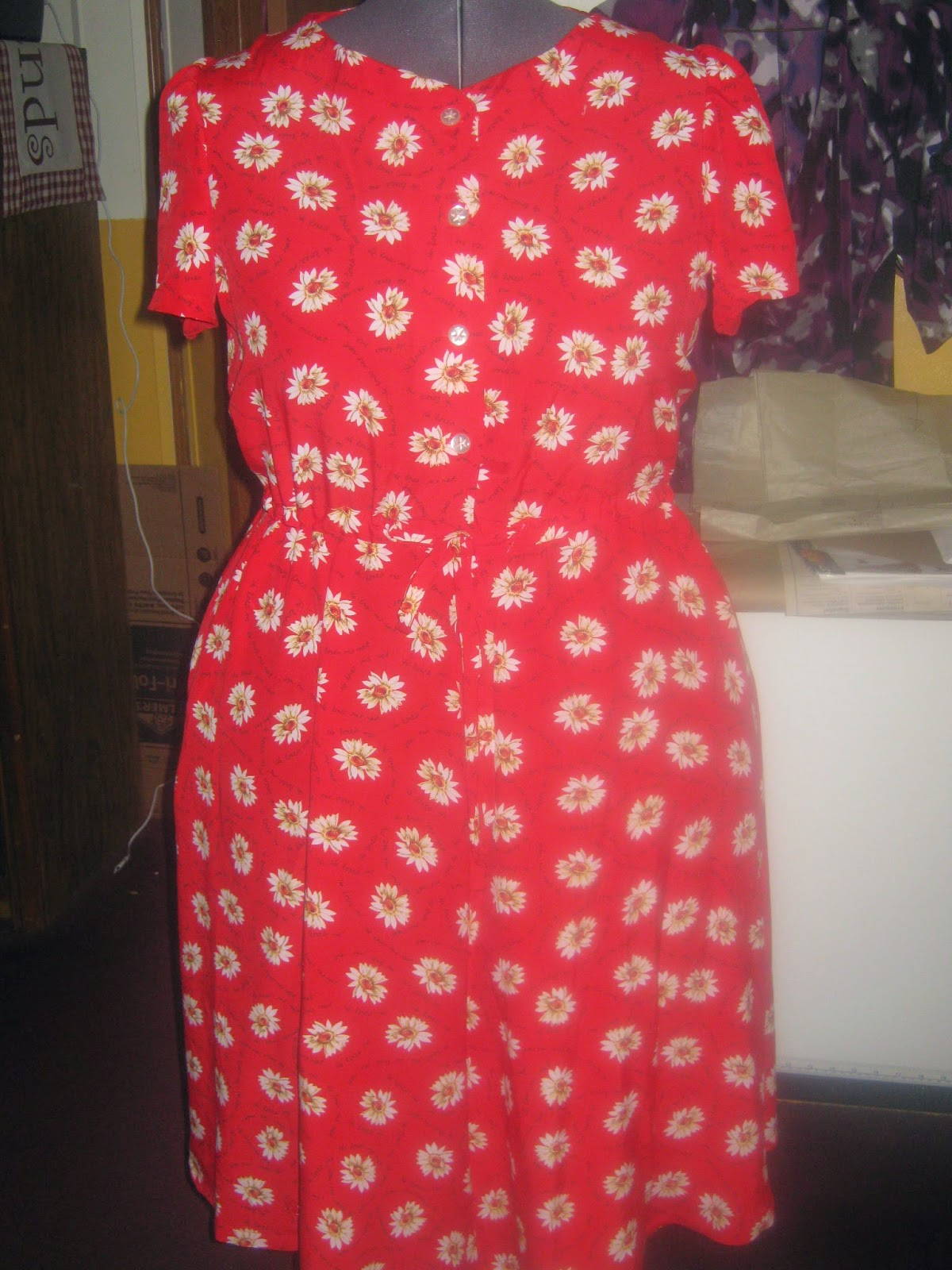 New Look 6653 Dress Front View Daisies on Red www.sewplus.blogspot.com