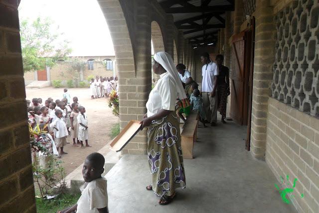 Bambini della scuola africana nella missione in Togo