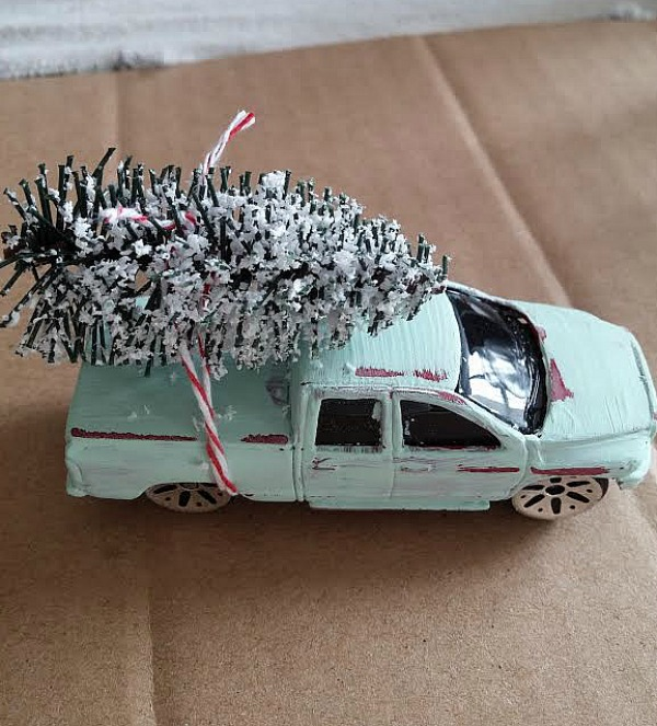 vintage chalk painted truck with Christmas tree at www.diybeautify.com