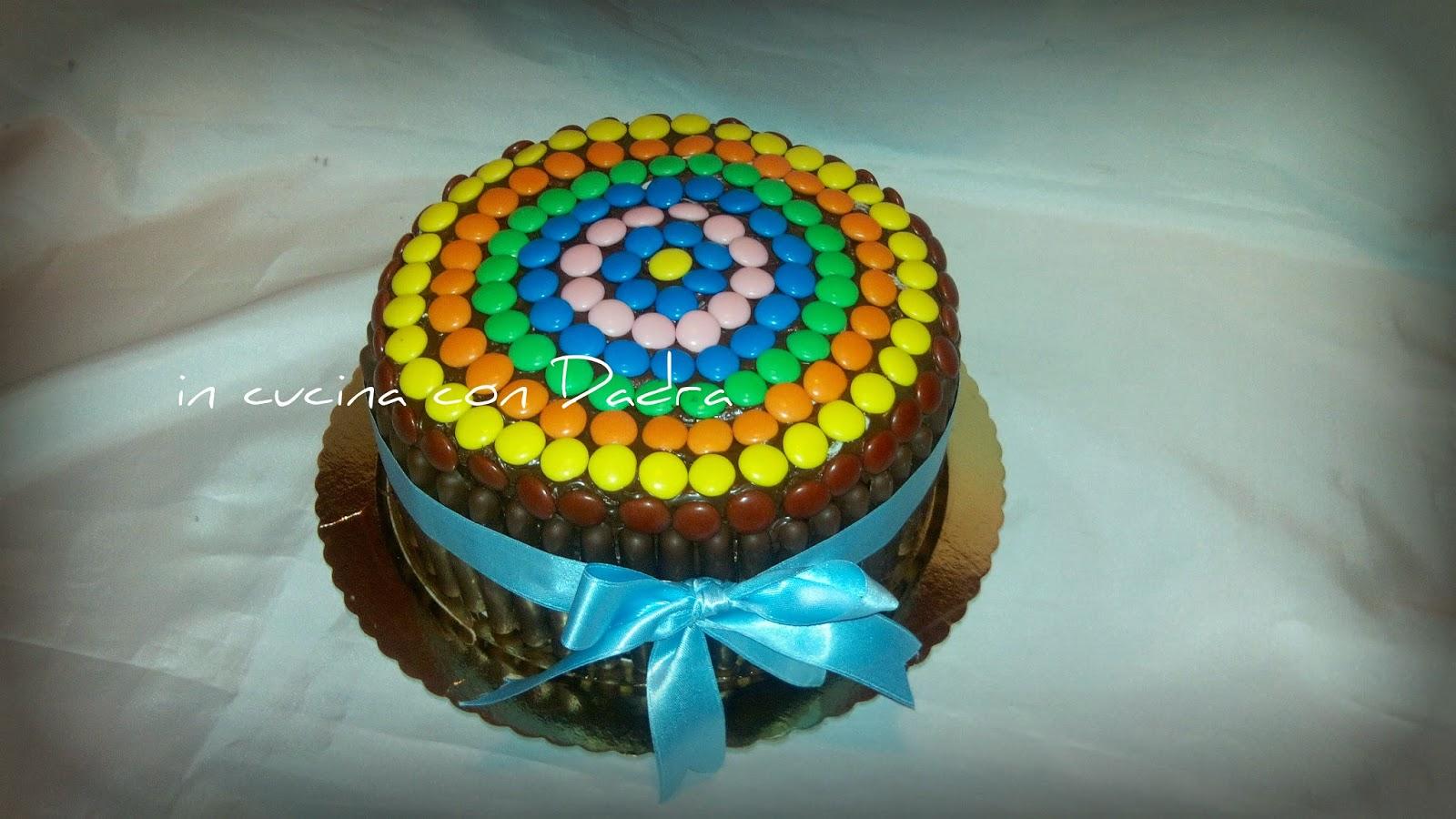 compleanno a colori... torta con piccoli bottoni di cioccolata colorati...