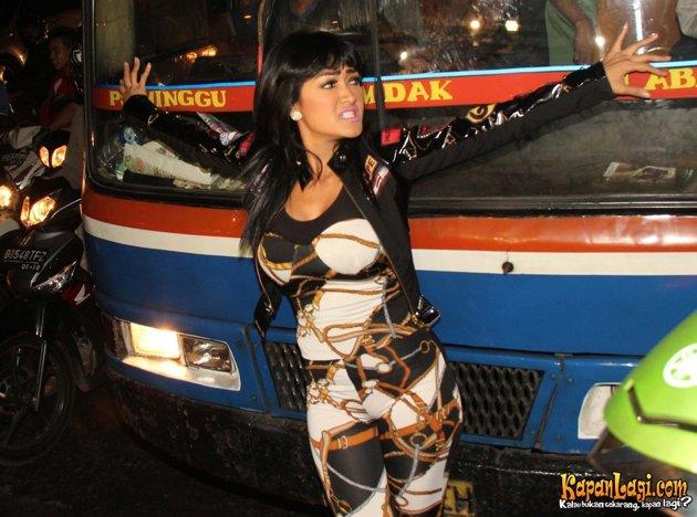Julia Perez Menari-nari di Jalanan Kuningan
