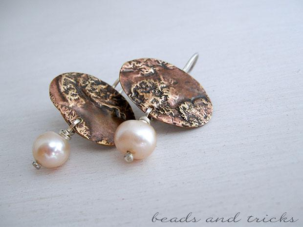 Orecchini in ottone similoro reticolato, argento e perla coltivata