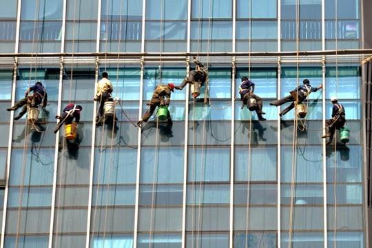 smešne slike: čistači prozora na visini