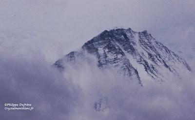 sommet de la montagne de l'Aiguille du Goûter parmi les nuages