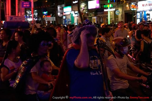 Một vị khách Tây tham gia lễ hội ở đường Bùi Viện