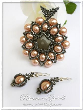 Ciondolo Leia con cabochon incastonato al peyote e decorazione con perle 8 mm e rocailles 15/0 ed orecchini Cit abbinati