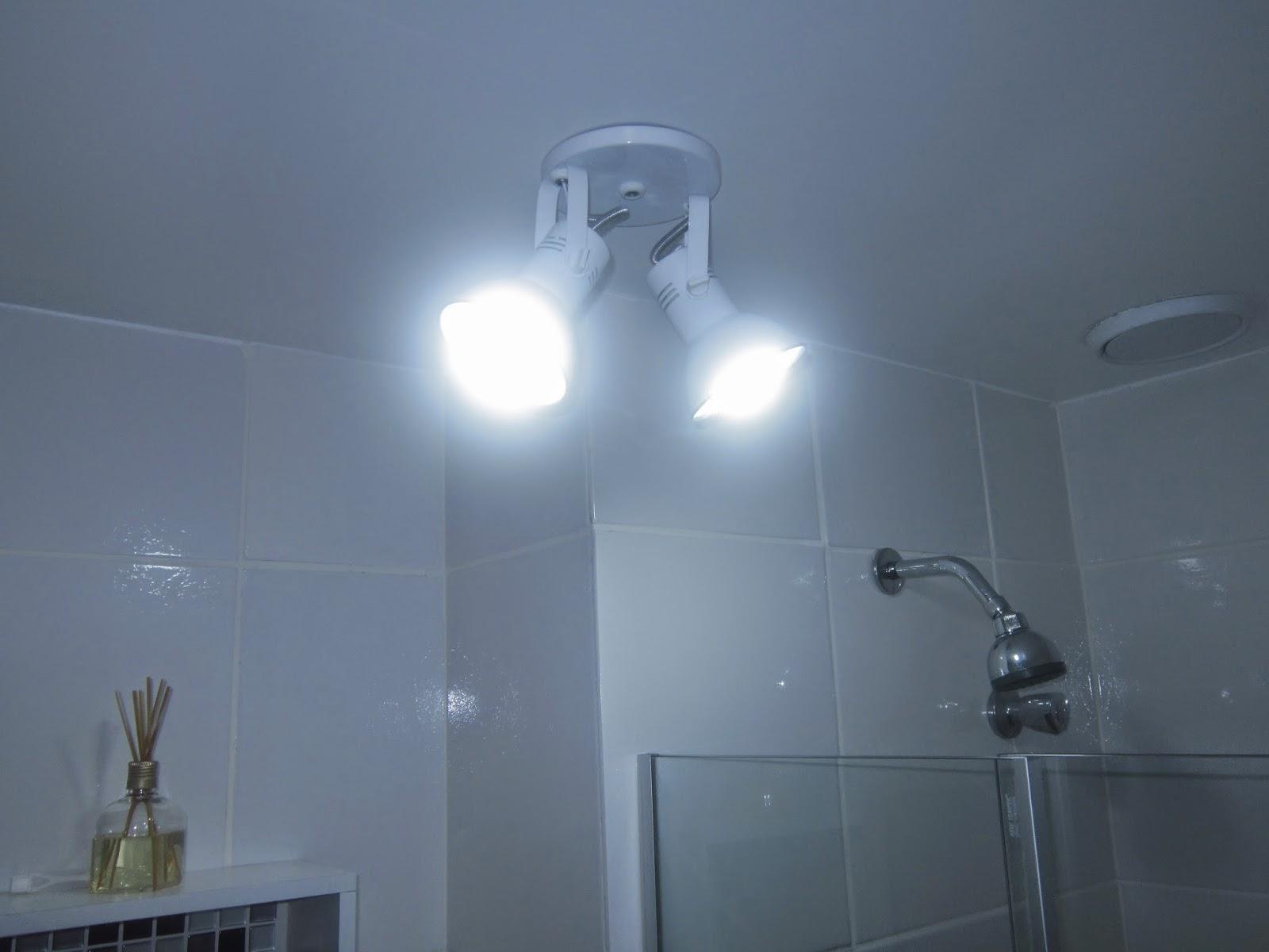 Cafofo Sonhado: Decorando banheiros pequenos: 2 banheiros 2m² cada  #466685 1600x1200 Banheiro Com Luz Azul