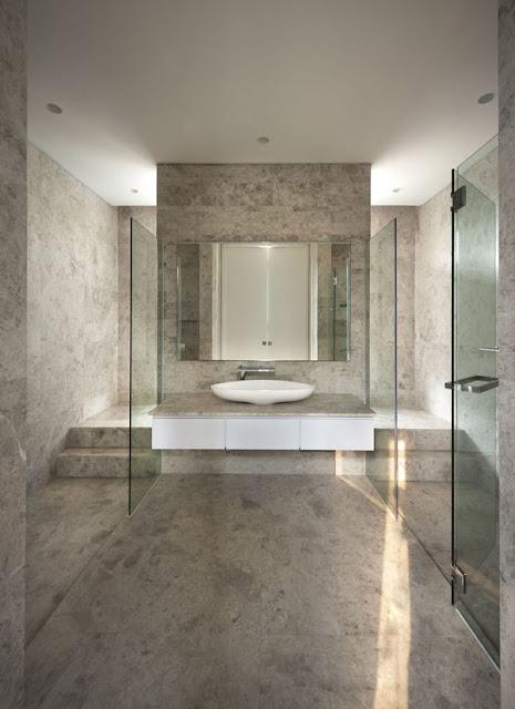 Ванная комната в стильном доме с козырьком и бассейном