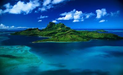 Fondo de isla en el mar con agua turquesa y cielo azul