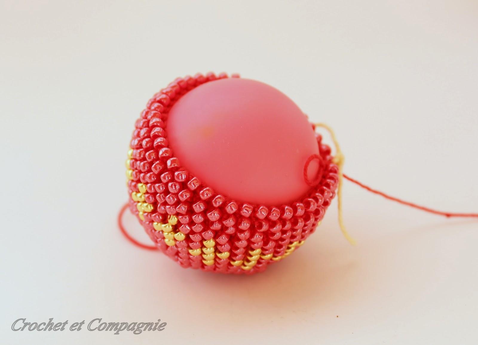 crochet et compagnie une boule de no l perl e d fi sc 251. Black Bedroom Furniture Sets. Home Design Ideas
