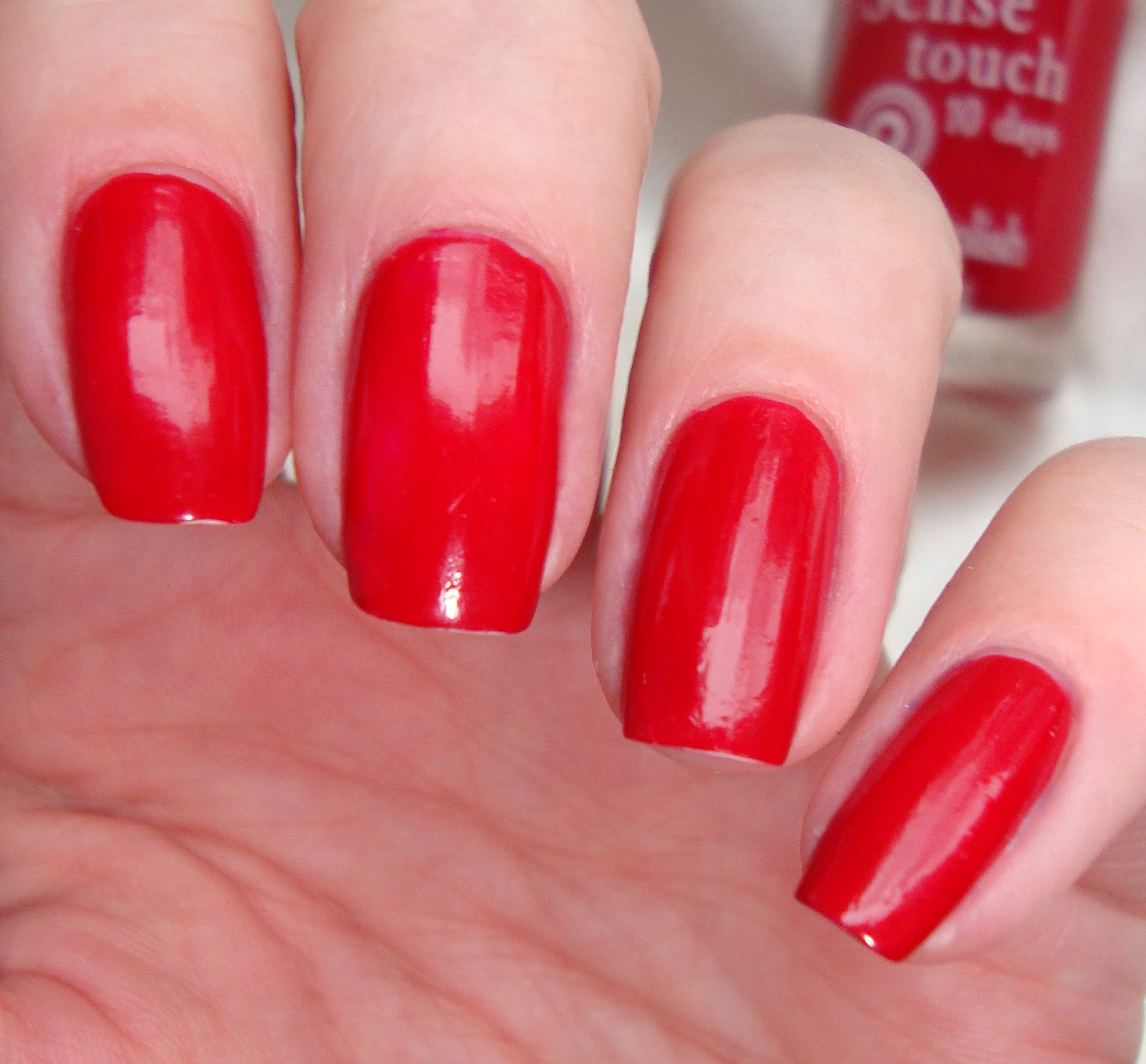 Лак для ногтей красного цвета фото