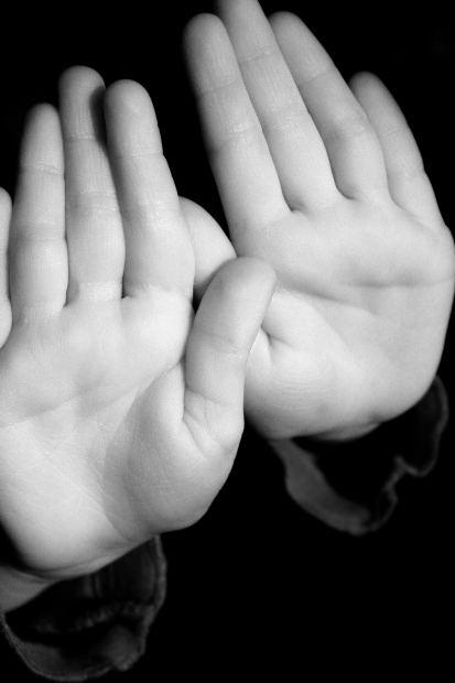 Mostrar la palma de la mano: STOP