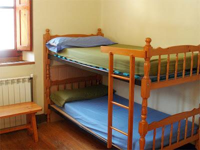 Literas de un dormitorio del albergue Pepito Grillo de Canfranc, en el Camino de Santiago Aragonés