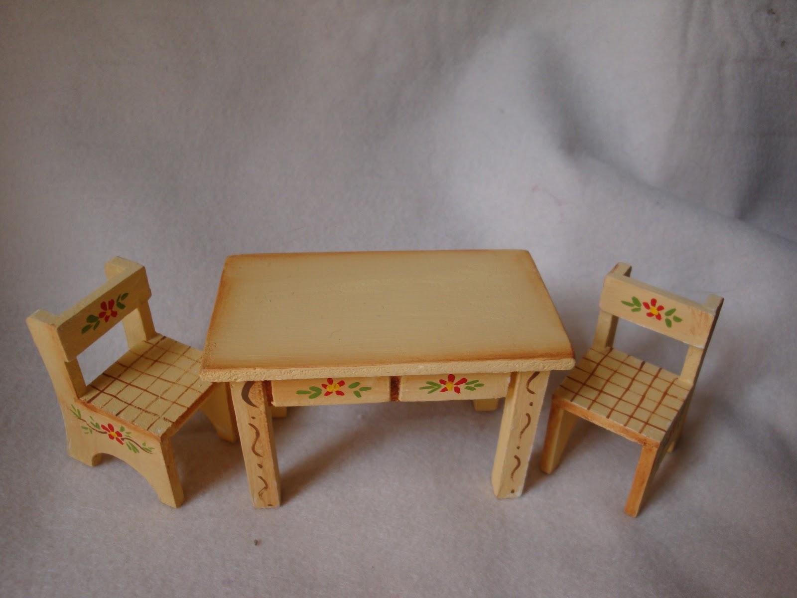 Mini mesa com duas cadeiras (madeira) decoração em biscuit. #684226 1600x1200