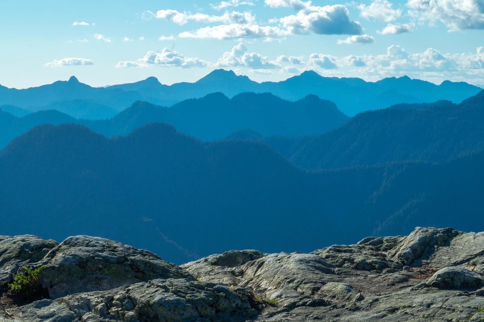 Сами горы похожи на штормовое море