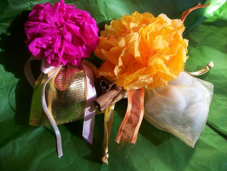 Sacchetti per Bomboniere con fiori fatti a mano e stecchette di cannella