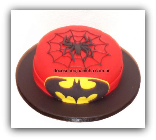 Bolo decorado Batman e Homem Aranha para festa Super Heróis