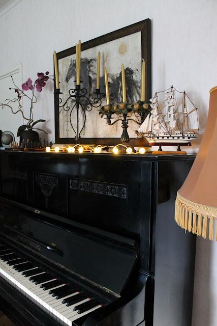 piano, purjelaiva, jalkalamppu, valaisinsarja, jouluvalot, kynttilänjalka, taulu